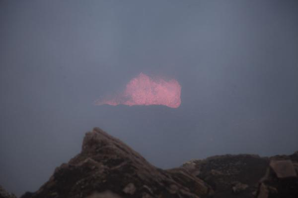 发怒挖土 (The boiling magma of Marum visible in a rare opening in the cloud)