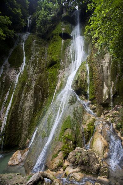 Water rushing down the mossy cliffs at the end of Mele cascades | Mele Cascades | San Vicente y las Granadinas
