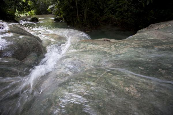 Looking down one of the boulders over which the water rushes down | Mele Cascades | 发怒挖土