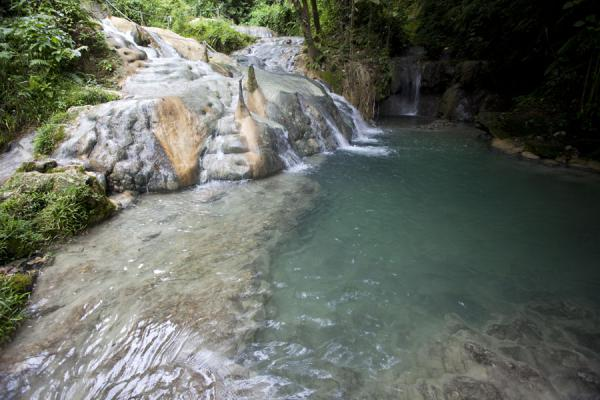 Foto van Water running down the rocks into one of the many pools of the Mele cascadesMele - St Vincent en de Grenadines