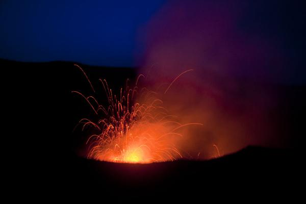 Photo de Explosion of fire and rocks on a very early morning on Mount YasurVolcan Yasur - St Vincent et les Grenadines