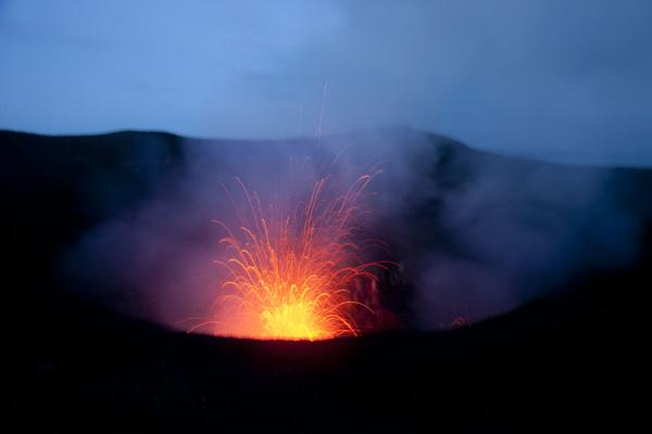 Photo de Early morning view of the volcanoVolcan Yasur - St Vincent et les Grenadines