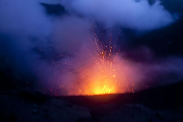 发怒挖土 (As night is falling on Mount Yasur, it does not stop to erupt)