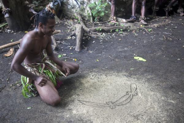 Picture of Nemalits Small Namba's (Vanuatu): Sand drawing demonstrated by a capable Small Namba