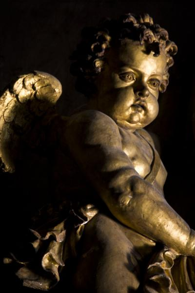 Close-up of a statue of an angel above a statue of Saint Peter inside Saint Peters basilica | Basílica de San Pedro | Ciudad del Vaticano