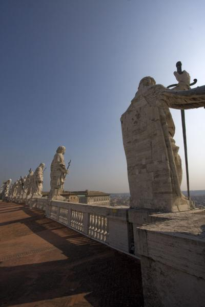 Foto de Statues of Christ and apostles on the balustrade on the façade of Saint Peters basilicaVaticán - Ciudad del Vaticano