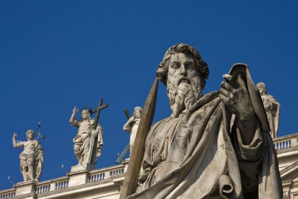 Statues of Saint Peters Basilica: in the background, Christ and three apostles | Basílica de San Pedro | Ciudad del Vaticano
