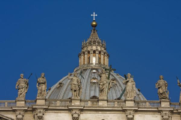 Frontal view of Saint Peters Basilica with cupola and statues | Saint Peters Basilica | 梵蒂冈成