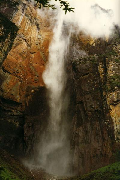 Foto van The highest waterfall in the world, water comes down more than 1000 metres before hitting rock!Angel watervallen - Venezuela