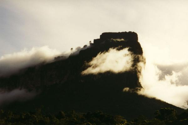 Clouds around a mountain in Canaima National Park | Angel watervallen | Venezuela