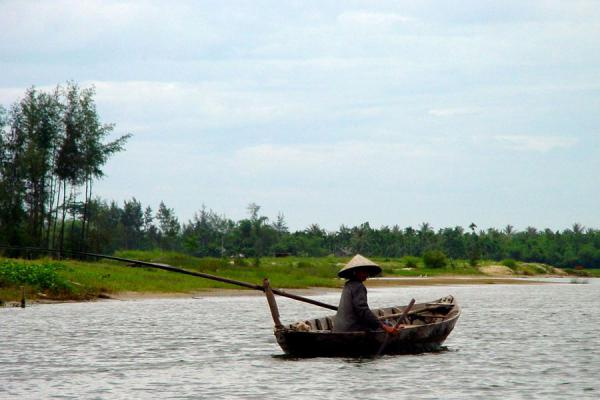Picture of Conical hats (Vietnam): Vietnamese with conical hat on boat