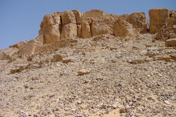 Foto di Remains of Husn al Urr seen from belowWadi Hadramawt - Yemen