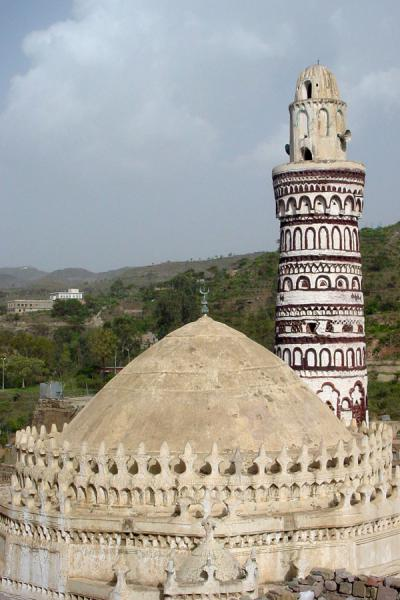 Foto di Qubbat Bayt az-Zum mosque and view over the valleyJibla - Yemen