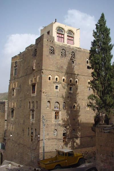 Foto di One of the typical stone tower houses in JiblaJibla - Yemen