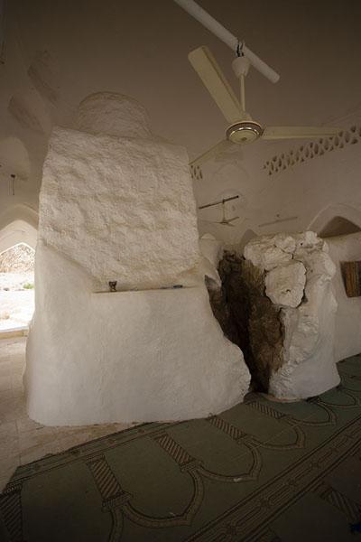 Picture of Qabr Nabi Hud (Yemen): Inside view of the prayer hall of Qabr Nabi Hud with big rock