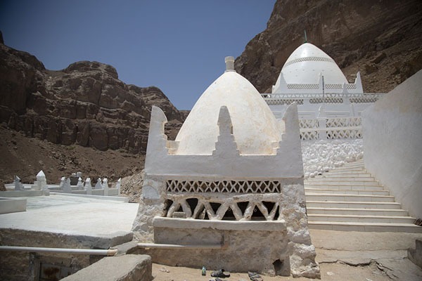 Picture of Qabr Nabi Hud (Yemen): Outside view of Qabr Nabi Hud with prayer hall and shrine