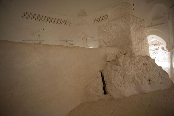 Picture of Qabr Nabi Hud (Yemen): The prayer hall of Qabr Nabi Hud is built around a large rock