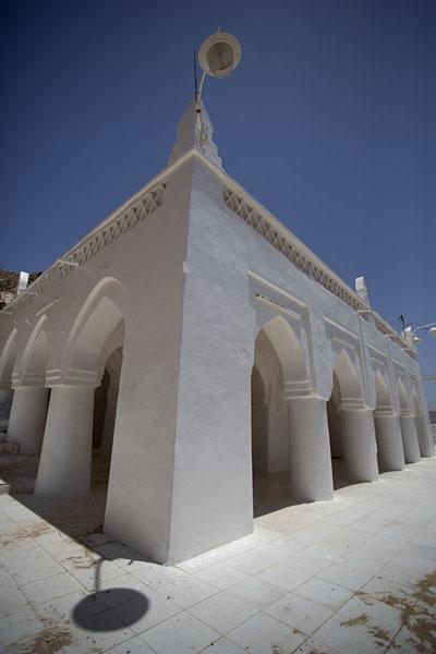 Picture of Qabr Nabi Hud (Yemen): Corner of the colonnaded prayer hall of Qabr Nabi Hud