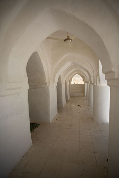 Picture of Qabr Nabi Hud (Yemen): The colonnaded exterior of the prayer hall of Qabr Nabi Hud