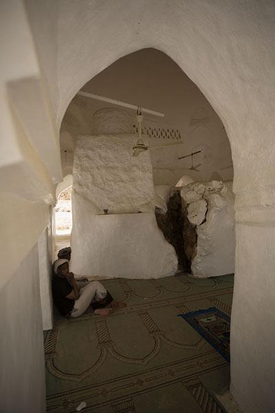 Picture of Qabr Nabi Hud (Yemen): The prayer hall of Qabr Nabi Hud is built around a giant rock