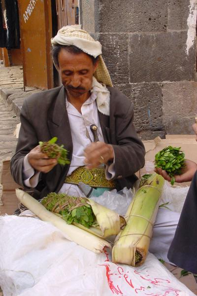 Foto di Chewing qat in the streets of San'a: note the cheeks of this sellerQat - Yemen