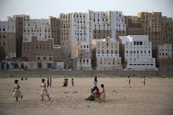 The backside of Shibam with the town wall around it | Shibam | Yemen
