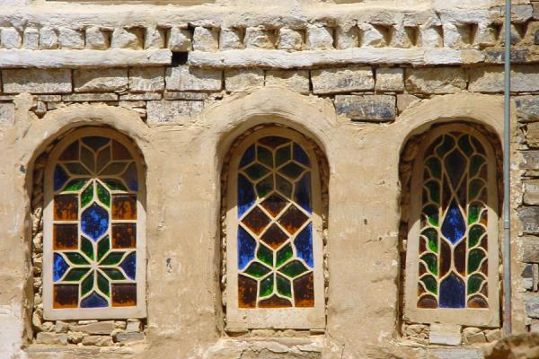 Foto di Stone windows with coloured glass in ThullaThulla - Yemen