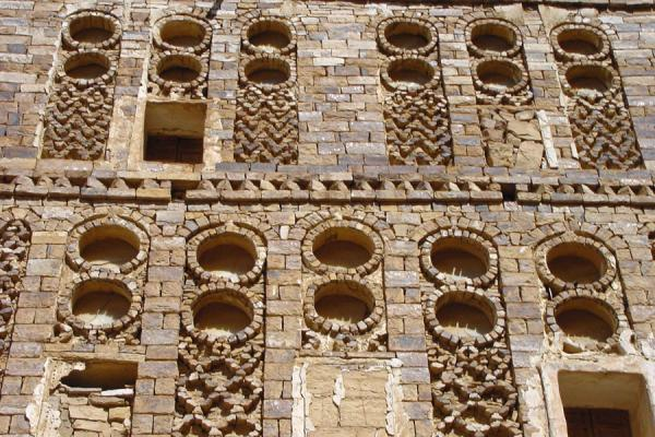 Foto de Stone decorations in house in ThullaThulla - Yemen