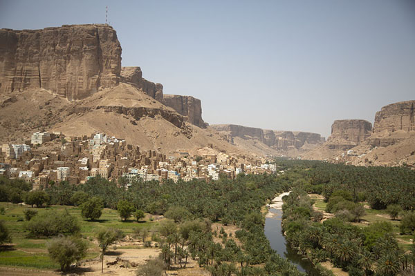 Foto di Some of the colourful mud houses in Wadi Dawan blending in with the landscapeWadi Dawan - Yemen
