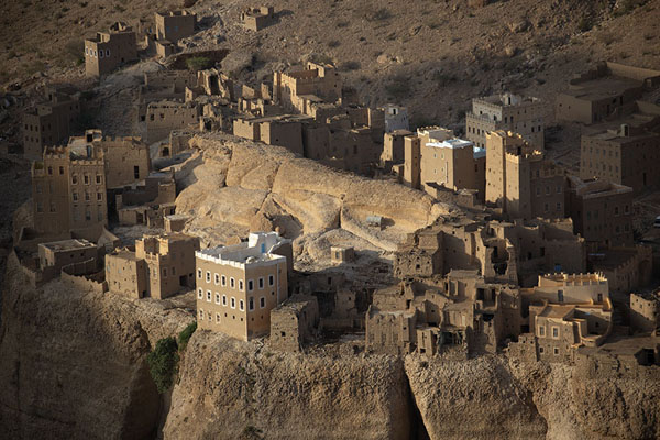 Foto de Houses of Al Hajjarayn with mountainWadi Dawan - Yemen
