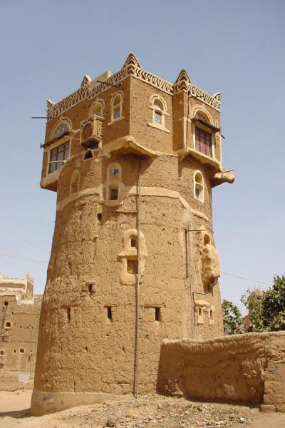 Picture of Wadi Dhahr (Yemen): Watch tower with mafraj in Wadi Dhahr
