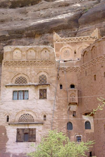 Picture of Wadi Dhahr (Yemen): Wadi Dhahr house blending in with the landscape