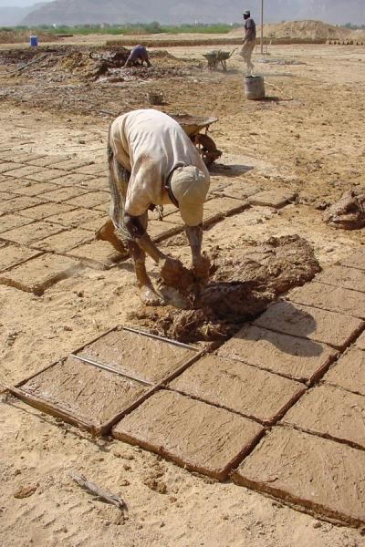 Foto de Making bricks from mudWadi Hadramawt - Yemen