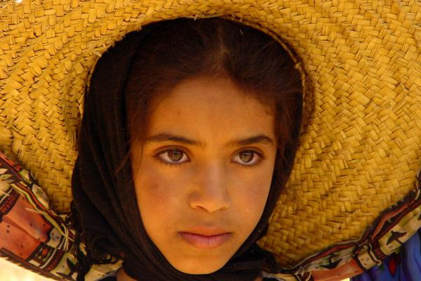 Picture of Yemeni People (Yemen): Young girl with hat in Haraz mountains