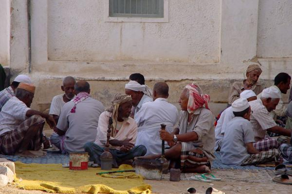 Picture of Yemeni People (Yemen): Yemeni men having a chat in Shibam