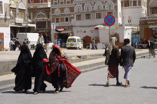 Picture of Yemeni People (Yemen): Veiled women in the streets of San'a