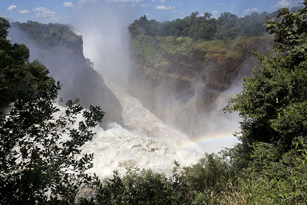 Foto van Zimbabwe (Water wonderworld: the Zambezi plunges into the gorge below at the Devil's Cataract)