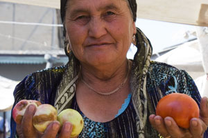 Picture of Buying vegetables at a market in Tajikistan
